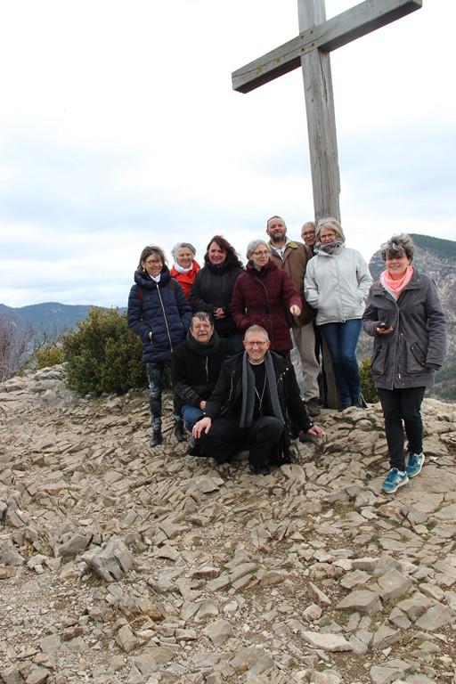 Au pied de la croix, au bout du plateau du St Laurent à St May