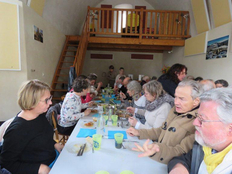 repas dans la salle municipale de St May, avec les habitants du village