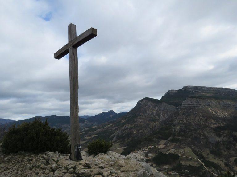 une croix plantée sur le plateau du St Laurent à St May