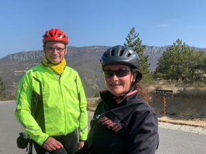 Préparation de la journée : P. Christophe et Béatrice sont venus à vélo de Nyons jusqu'à Barret-de-Lioure